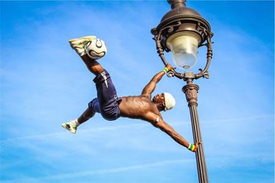 Ein Fußball Akrobatik Künstler auf einer Wettseite